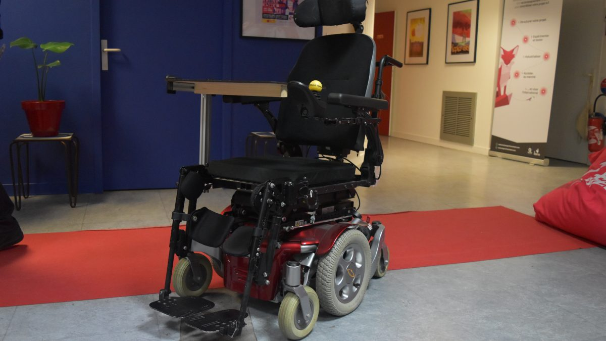 Un fauteuil roulant pilotable à la vue, un projet mené par quatre étudiants